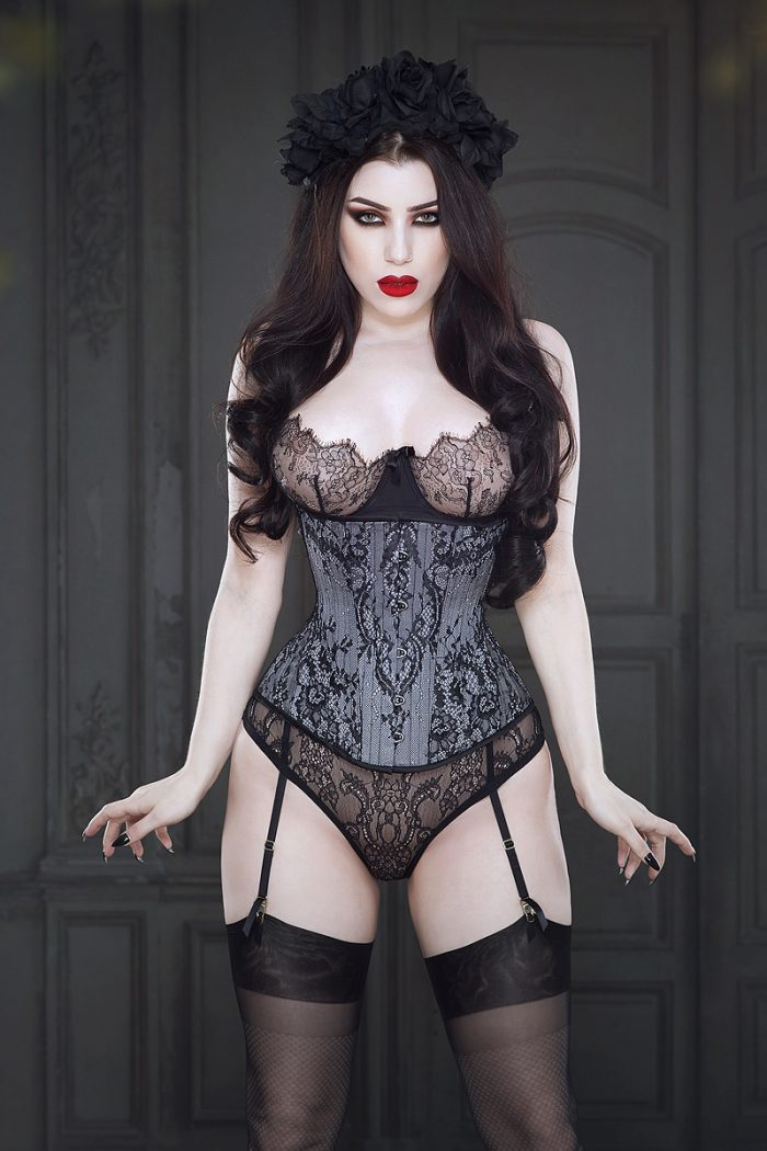 Lillian-underbust-corset-by-Vanyanis-model-Threnody-in-Velvet-1-Photo-(c)-Iberian-Black-Arts