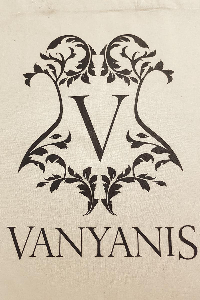 © Vanyanís