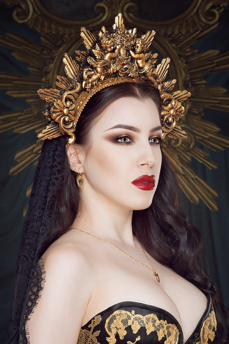 Vanyanis Gold Corset Jewellery. Model: Threnody in Velvet